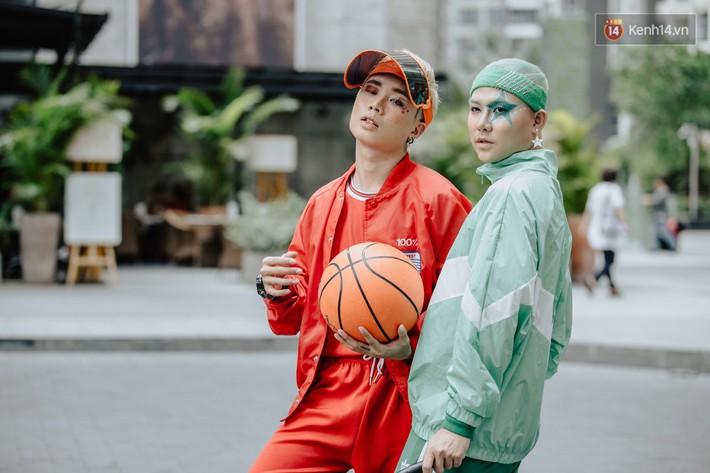"""Street style ngày 2 của Tuần lễ Thời trang: nhóm bạn trẻ """"mặc dị"""" đã dần cạn chiêu? - Ảnh 2."""