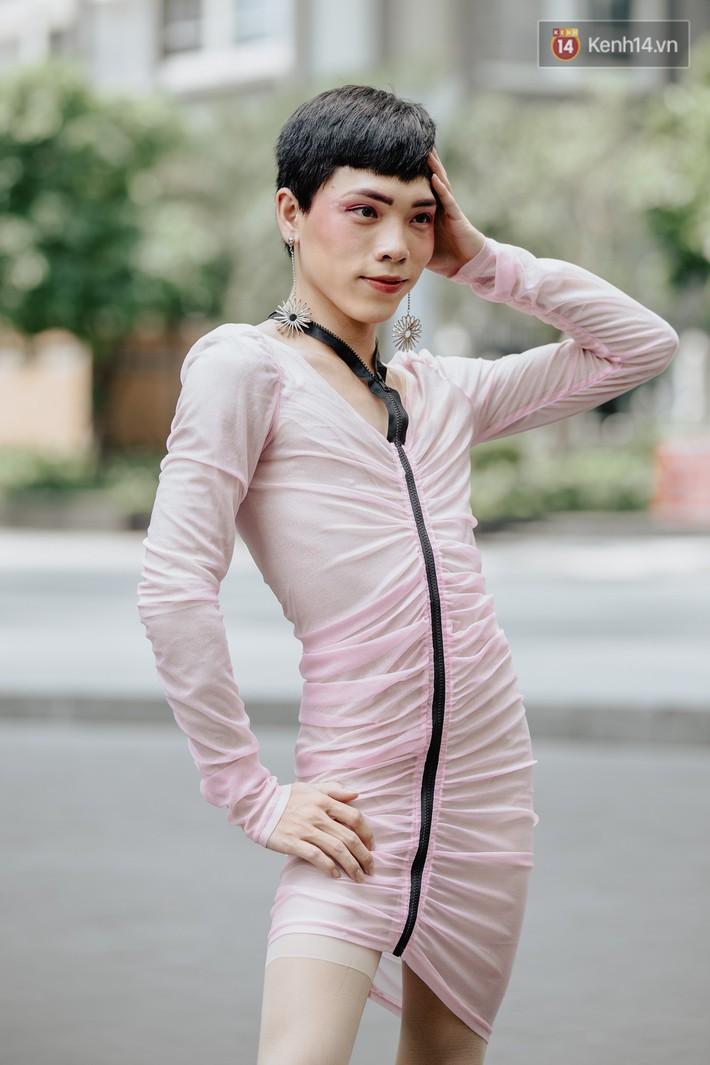 """Street style ngày 2 của Tuần lễ Thời trang: nhóm bạn trẻ """"mặc dị"""" đã dần cạn chiêu? - Ảnh 4."""