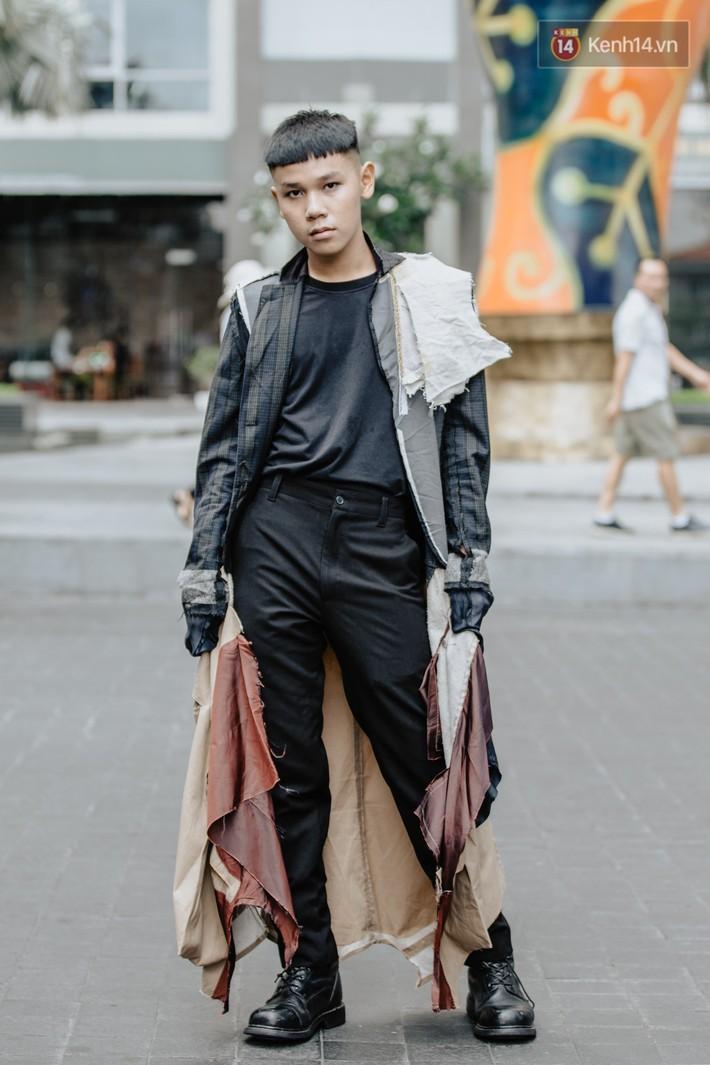 """Street style ngày 2 của Tuần lễ Thời trang: nhóm bạn trẻ """"mặc dị"""" đã dần cạn chiêu? - Ảnh 6."""