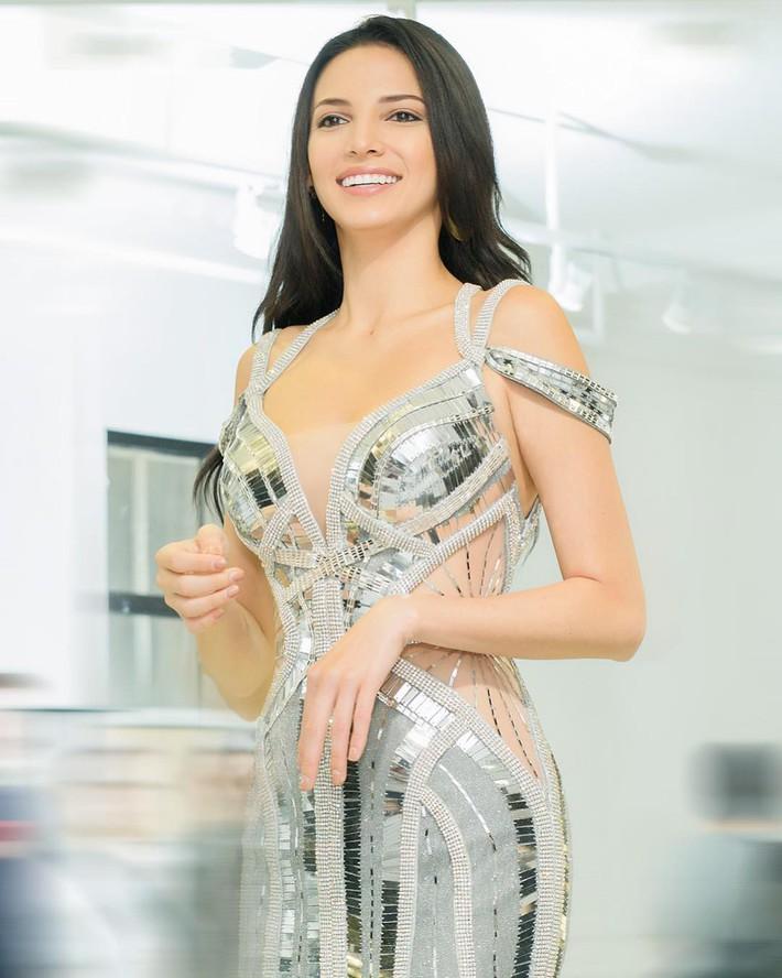 Đều mặt xinh dáng chuẩn nhưng Tiểu Vy tại Tuần lễ thời trang vẫn cá tính hơn HH Siêu Quốc Gia nhờ một chi tiết khi đụng váy - Ảnh 4.