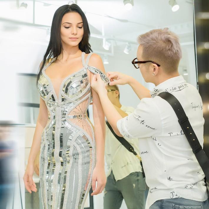 Đều mặt xinh dáng chuẩn nhưng Tiểu Vy tại Tuần lễ thời trang vẫn cá tính hơn HH Siêu Quốc Gia nhờ một chi tiết khi đụng váy - Ảnh 6.