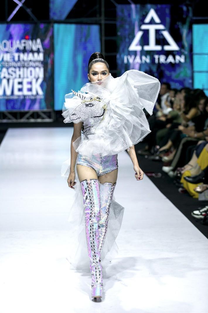 Sau ồn ào cát-xê giá khủng, Hoa hậu Hương Giang hóa thân thành nữ chiến binh sắc lạnh, gợi cảm tự tin làm vedette trong show thời trang - Ảnh 1.