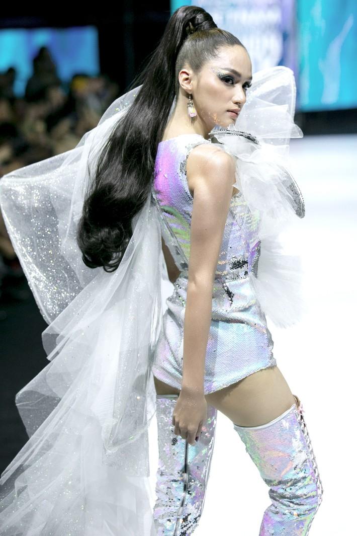Sau ồn ào cát-xê giá khủng, Hoa hậu Hương Giang hóa thân thành nữ chiến binh sắc lạnh, gợi cảm tự tin làm vedette trong show thời trang - Ảnh 3.