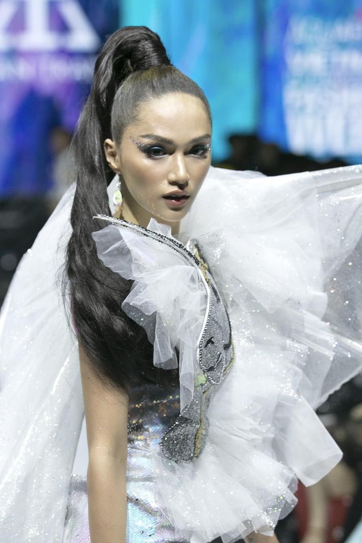 Sau ồn ào cát-xê giá khủng, Hoa hậu Hương Giang hóa thân thành nữ chiến binh sắc lạnh, gợi cảm tự tin làm vedette trong show thời trang - Ảnh 2.