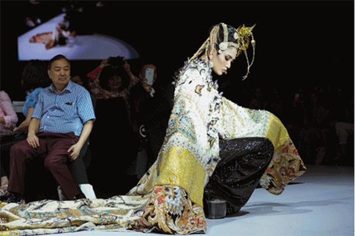 Đều ngã đau trên sàn diễn nhưng thần thái của Võ Hoàng Yến và Minh Hằng hoàn toàn khác biệt - Ảnh 5.