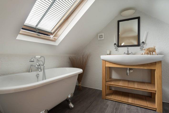 Tận dụng gác mái làm phòng tắm, ý tưởng thiết kế vừa đẹp vừa độc đáo ngại gì mà không thử - Ảnh 2.