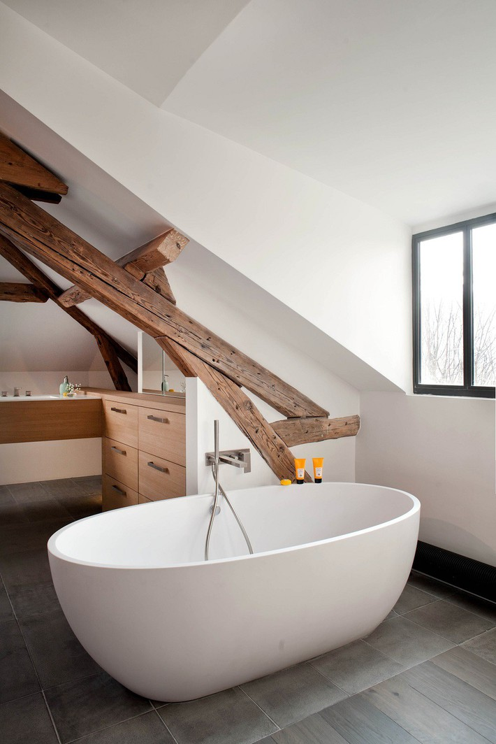 Tận dụng gác mái làm phòng tắm, ý tưởng thiết kế vừa đẹp vừa độc đáo ngại gì mà không thử - Ảnh 8.