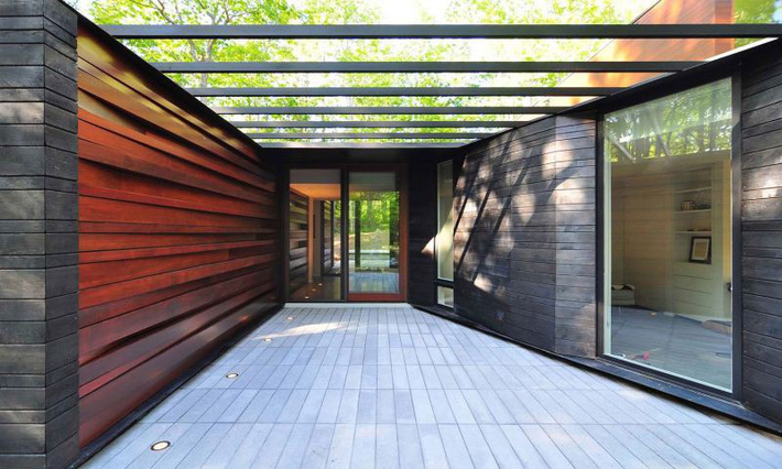 Ấn tượng với ngôi nhà bằng gỗ và kính của cặp vợ chồng thiết kế đồ họa - Ảnh 2.
