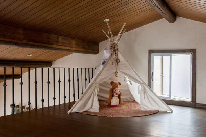 Mẹ đơn thân cùng hai con bỏ phố về quê, tận dụng áo len hỏng cùng gỗ tái chế để cải tạo ngôi nhà cũ thành không gian sống yên bình - Ảnh 24.