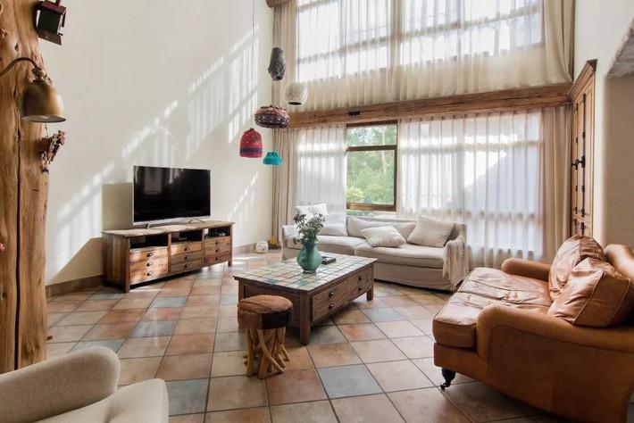Mẹ đơn thân cùng hai con bỏ phố về quê, tận dụng áo len hỏng cùng gỗ tái chế để cải tạo ngôi nhà cũ thành không gian sống yên bình - Ảnh 4.