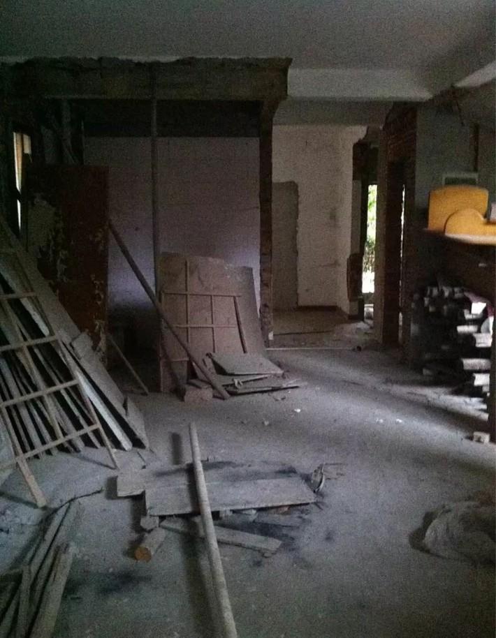 Mẹ đơn thân cùng hai con bỏ phố về quê, tận dụng áo len hỏng cùng gỗ tái chế để cải tạo ngôi nhà cũ thành không gian sống yên bình - Ảnh 2.