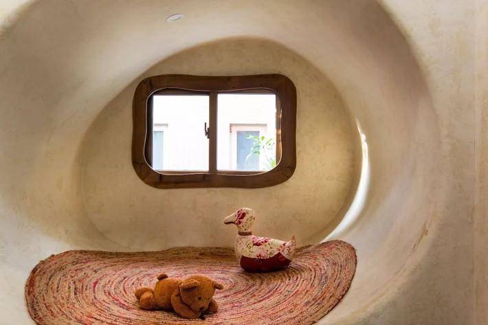 Mẹ đơn thân cùng hai con bỏ phố về quê, tận dụng áo len hỏng cùng gỗ tái chế để cải tạo ngôi nhà cũ thành không gian sống yên bình - Ảnh 18.