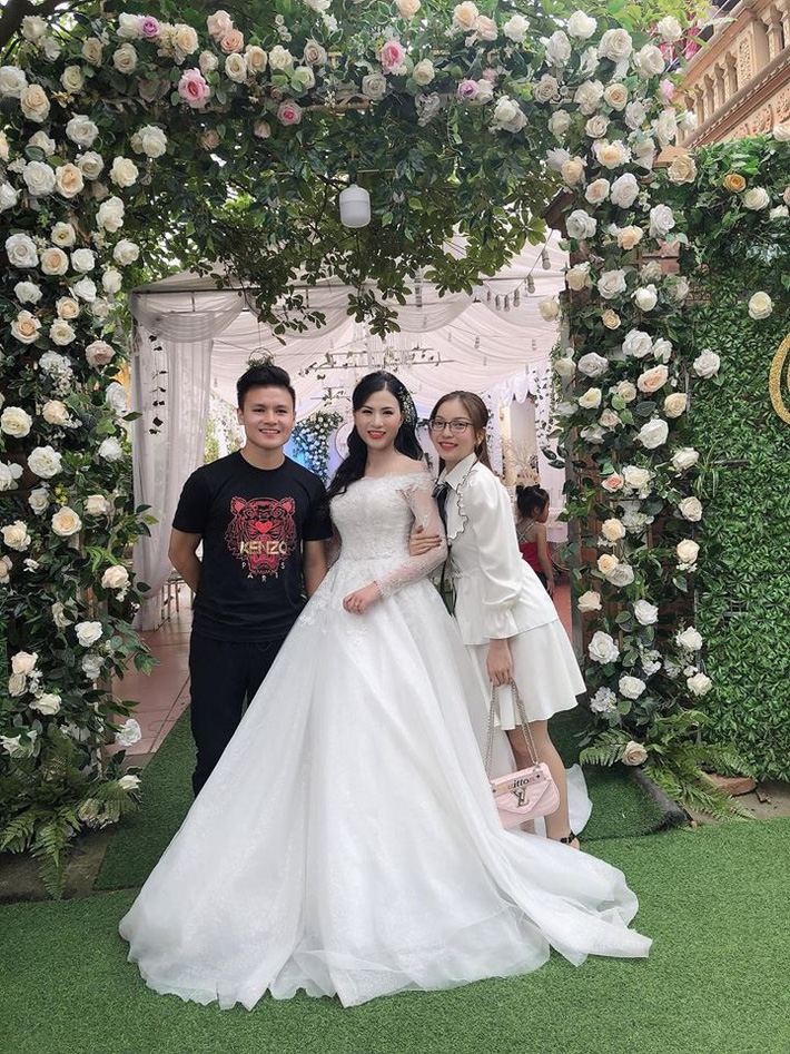 Bạn gái Quang Hải: Bình thường chuyên bị soi style sexy táo bạo, nhưng đi đám cưới lại được khen vì mặc đồ ý nhị  - Ảnh 2.