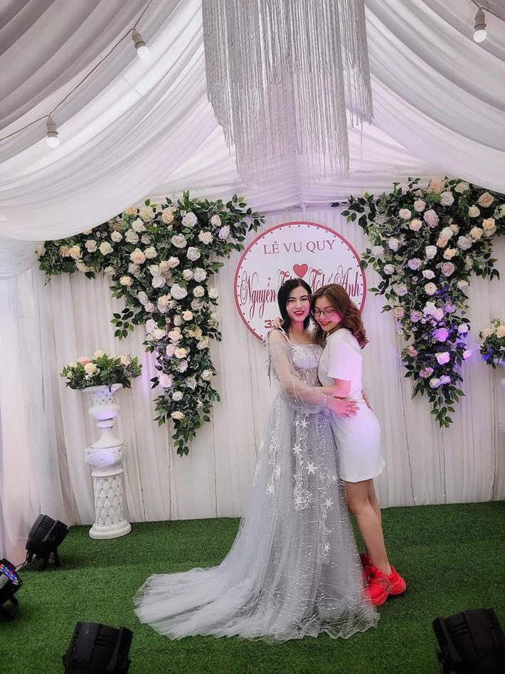 Bạn gái Quang Hải: Bình thường chuyên bị soi style sexy táo bạo, nhưng đi đám cưới lại được khen vì mặc đồ ý nhị  - Ảnh 3.