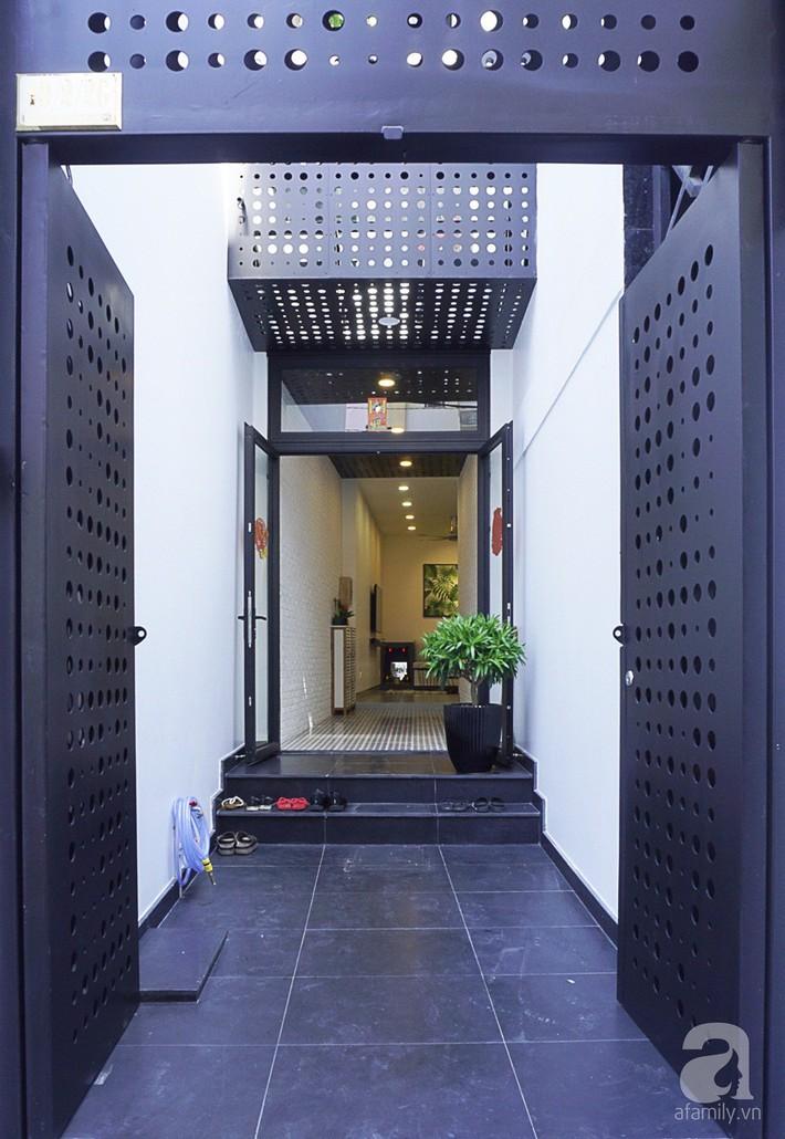 Nhà phố 40m², chiều ngang chỉ 1,8m vẫn đẹp mê hoặc cho gia đình 3 thế hệ sinh sống ở Sài Gòn - Ảnh 1.