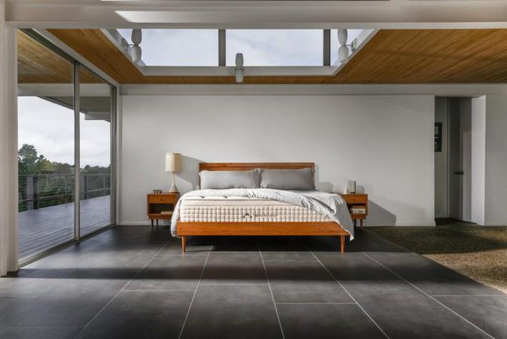 7 mẹo đơn giản để dọn dẹp phòng ngủ luôn sạch sẽ - Ảnh 1.