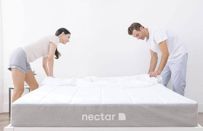 7 mẹo đơn giản để dọn dẹp phòng ngủ luôn sạch sẽ - Ảnh 2.