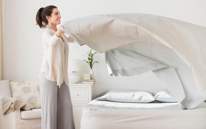 7 mẹo đơn giản để dọn dẹp phòng ngủ luôn sạch sẽ - Ảnh 3.