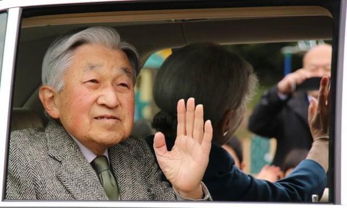 Nhật hoàng Akihito - vị hoàng đế rũ bỏ hình tượng bất khả xâm phạm để đi vào lòng dân và những dấu ấn không thể nào quên trong 30 năm trị vì - Ảnh 1.