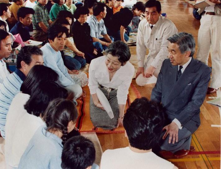 Nhật hoàng Akihito - vị hoàng đế rũ bỏ hình tượng bất khả xâm phạm để đi vào lòng dân và những dấu ấn không thể nào quên trong 30 năm trị vì - Ảnh 9.