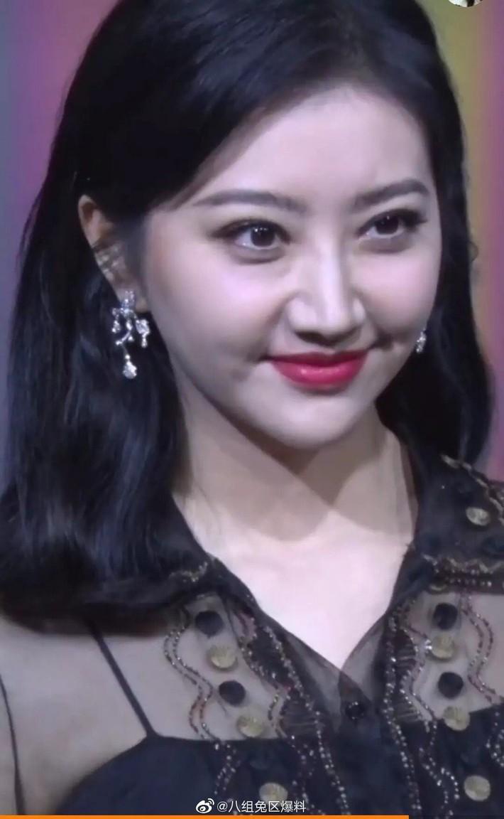 """""""Đệ nhất mỹ nữ Bắc Kinh"""" Cảnh Điềm gây sốc với gương mặt béo tròn già nua, khác hẳn ảnh đã chỉnh sửa ngọt ngào - Ảnh 3."""