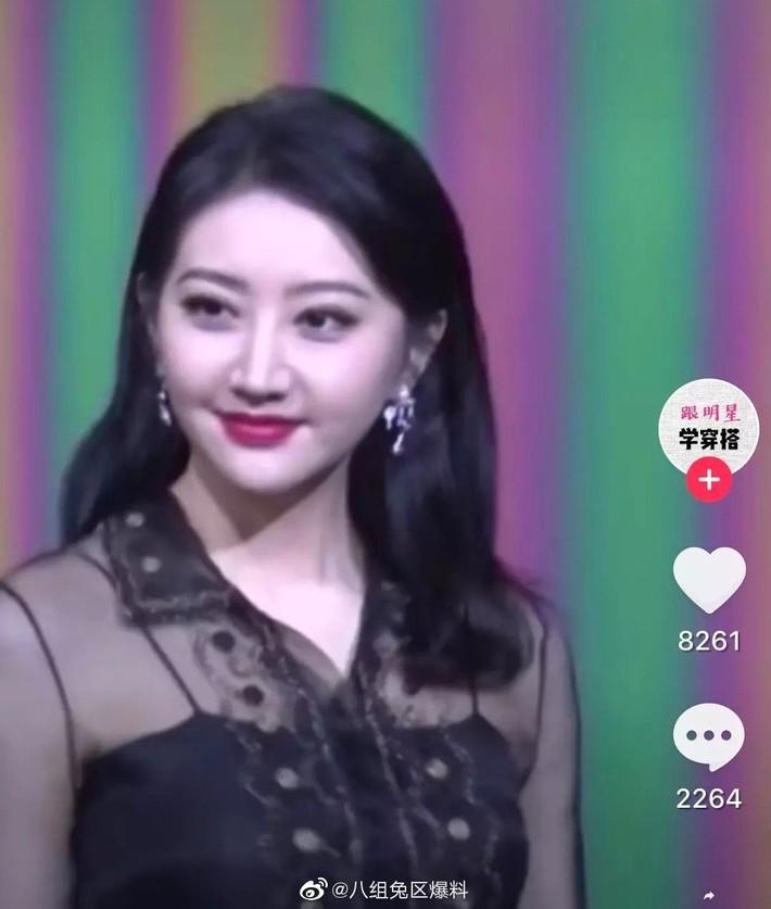 """""""Đệ nhất mỹ nữ Bắc Kinh"""" Cảnh Điềm gây sốc với gương mặt béo tròn già nua, khác hẳn ảnh đã chỉnh sửa ngọt ngào - Ảnh 6."""