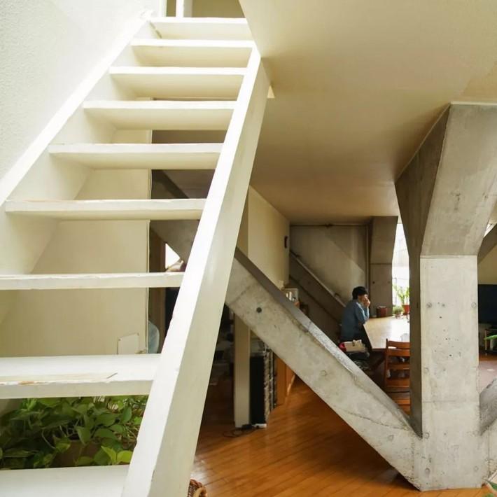 Người đàn ông mua lại ngôi nhà thô, quyết tâm giữ nguyên hiện trạng và sống hạnh phúc trong suốt 44 năm   - Ảnh 19.