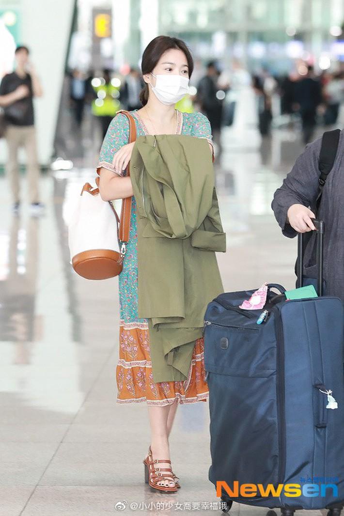 Vừa bị chê xuề xòa, Song Hye Kyo đã biến hình xuất sắc với tóc mới, như bà hoàng giữa trung tâm thương mại đông nghịt người - Ảnh 1.