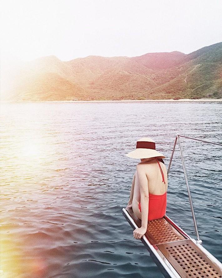 Sau chuỗi ngày diện đồ bơi nhưng chỉ khoe lưng, cuối cùng Hà Tăng cũng chịu phô diễn vòng 1 nóng bỏng với bikini rồi đây - Ảnh 3.