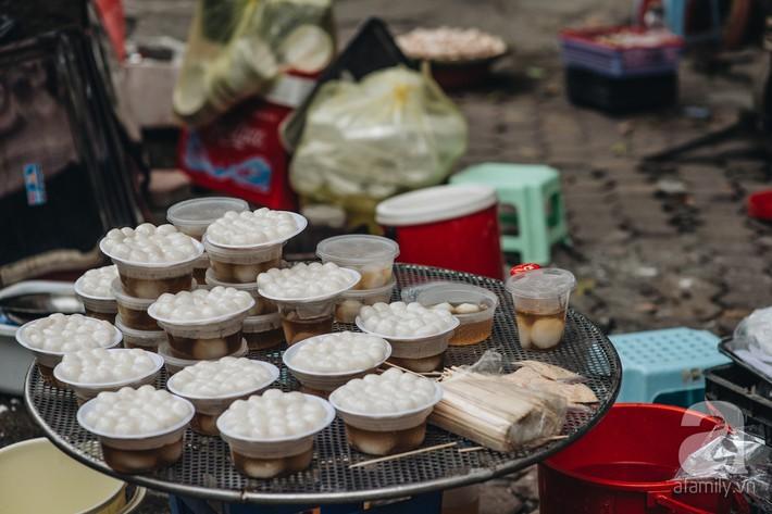 Quán chè cứ Tết Hàn thực người Hà Nội lại xếp hàng dài, chờ đến 30 phút để mua bánh trôi, bánh chay - Ảnh 8.