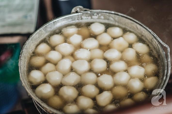 Quán chè cứ Tết Hàn thực người Hà Nội lại xếp hàng dài, chờ đến 30 phút để mua bánh trôi, bánh chay - Ảnh 6.