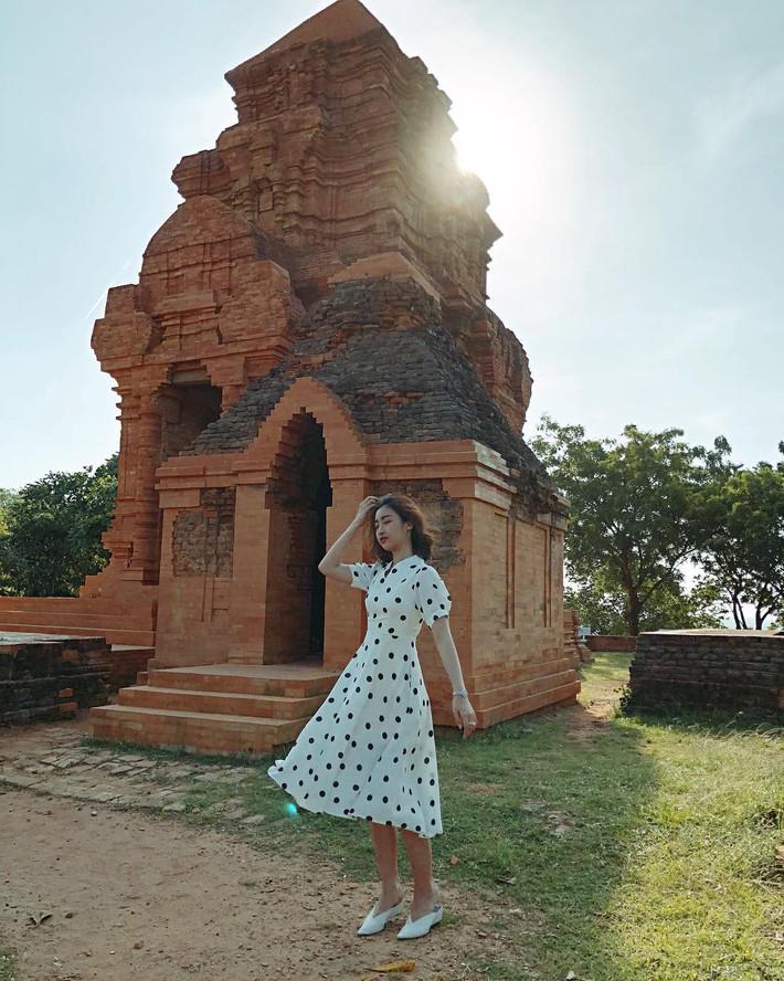 Tiện một công tung tăng diện váy xinh, loạt sao Việt gián tiếp gợi ý cho các chị em những mẫu váy liền đáng sắm nhất trong hè này - Ảnh 6.