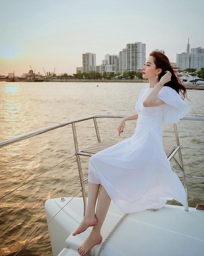 Tiện một công tung tăng diện váy xinh, loạt sao Việt gián tiếp gợi ý cho các chị em những mẫu váy liền đáng sắm nhất trong hè này - Ảnh 11.