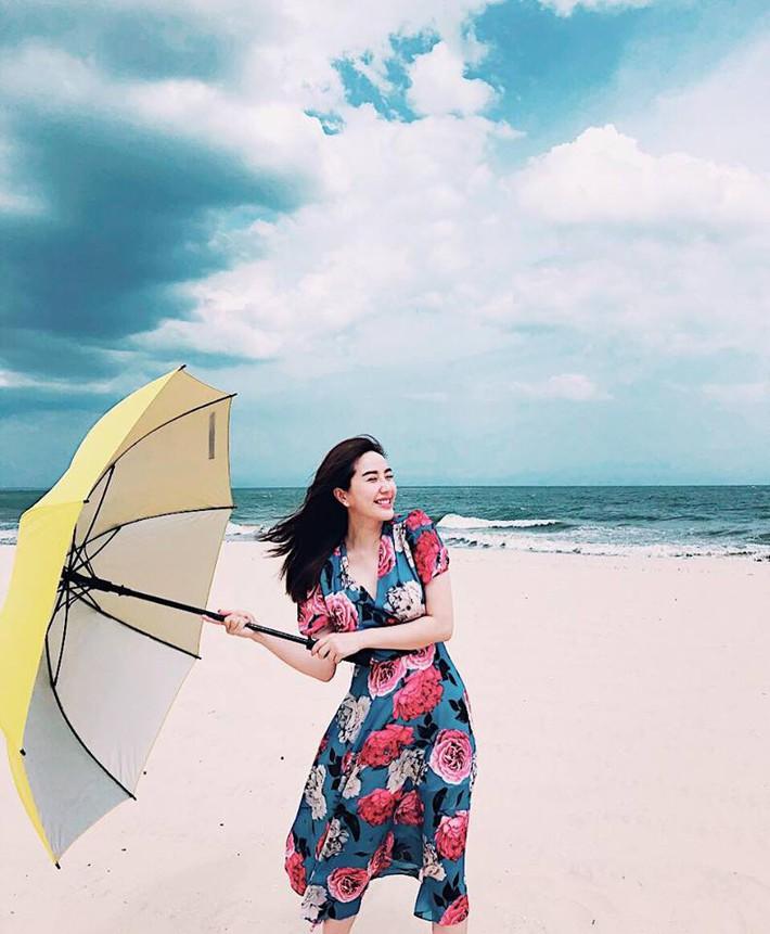 Tiện một công tung tăng diện váy xinh, loạt sao Việt gián tiếp gợi ý cho các chị em những mẫu váy liền đáng sắm nhất trong hè này - Ảnh 14.