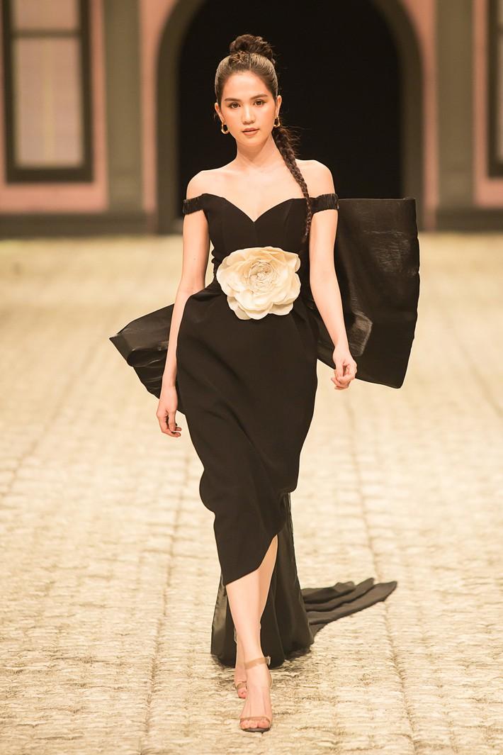 Ngọc Trinh diện đầm đen đầy bí ẩn, tóc tết bím kiêu sa kết màn show thời trang  - Ảnh 1.