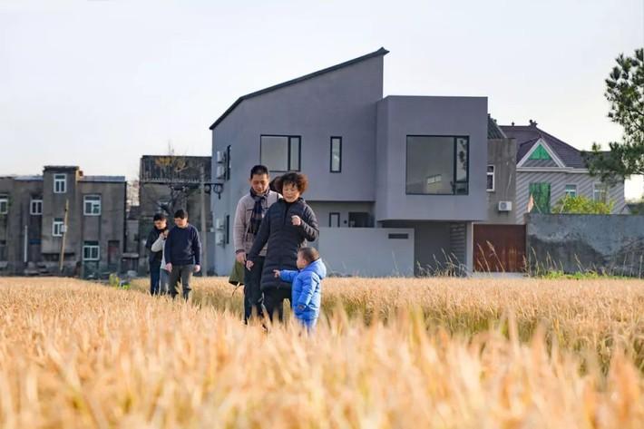 Cặp vợ chồng trẻ quyết định bỏ phố về quê xây nhà sống bình yên bên đồng lúa chín cùng bố mẹ hai bên - Ảnh 1.