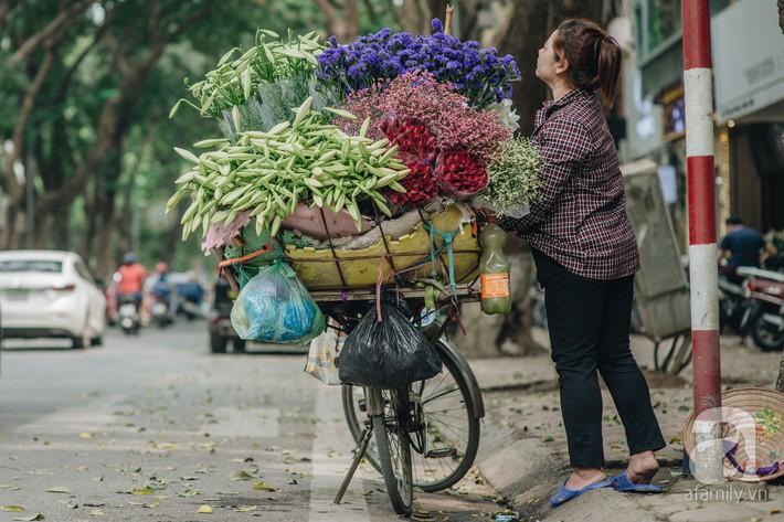 Tháng 4 về, Hà Nội lại dịu dàng những gánh loa kèn trắng tinh khôi, thơm nồng nàn khắp các góc phố - Ảnh 7.