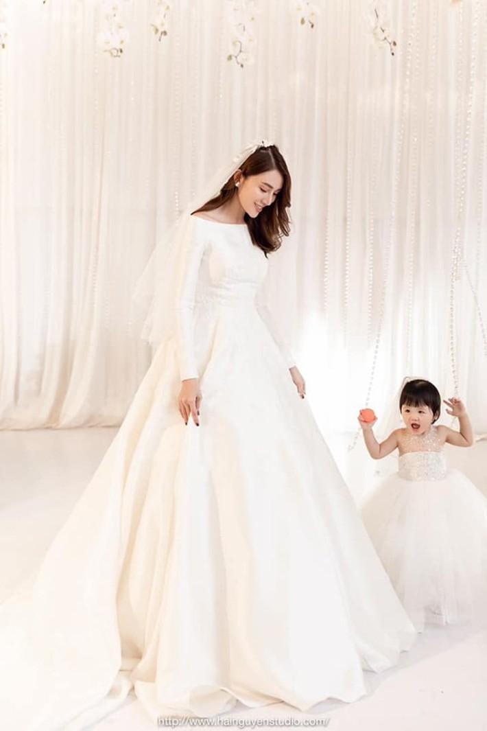 Ngắm bộ váy cưới Lọ Lem trị giá 400 triệu của Lê Hà, nhưng dân tình lại mê mẩn bộ váy trắng của công chúa tí hon bên cạnh cô - Ảnh 5.
