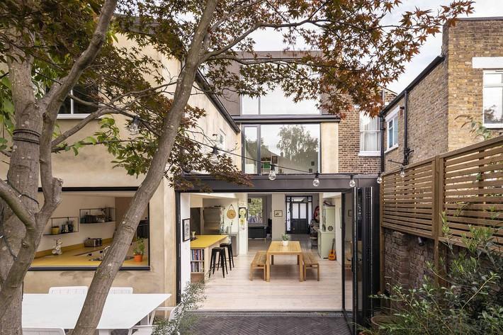 Không cần đập đi xây lại, ngôi nhà đã thay đổi ngoạn mục chỉ nhờ ý tưởng thông minh với kính  - Ảnh 2.