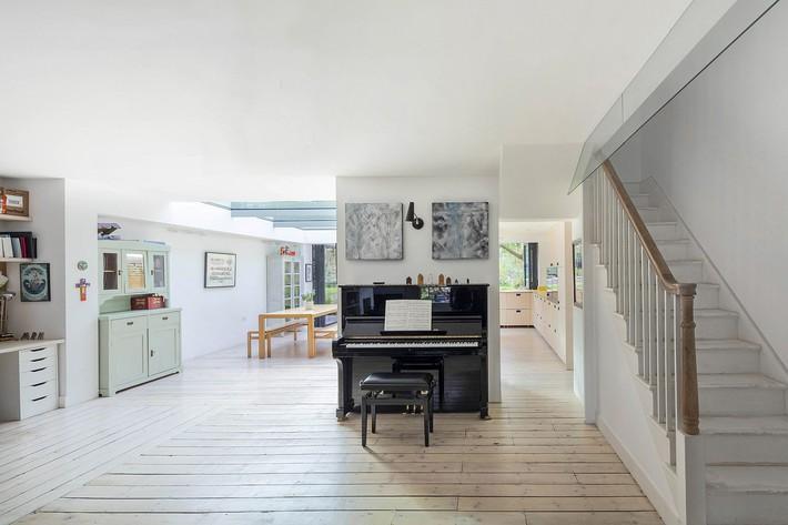 Không cần đập đi xây lại, ngôi nhà đã thay đổi ngoạn mục chỉ nhờ ý tưởng thông minh với kính  - Ảnh 3.