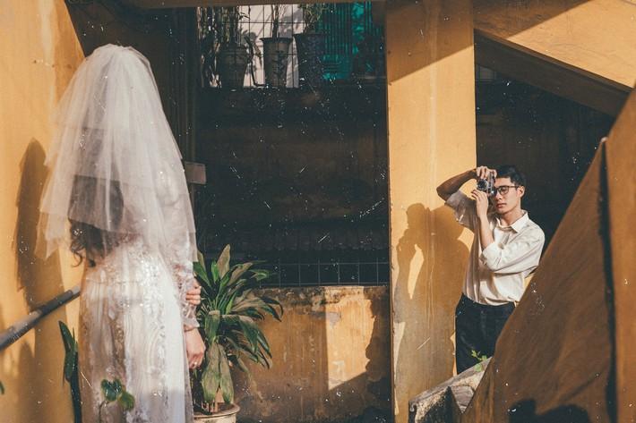 Cặp đôi mượn quần áo bố mẹ ra khu tập thể cũ chụp bộ ảnh cưới theo style thời bao cấp trong trẻo và bình yên quá đỗi - Ảnh 5.