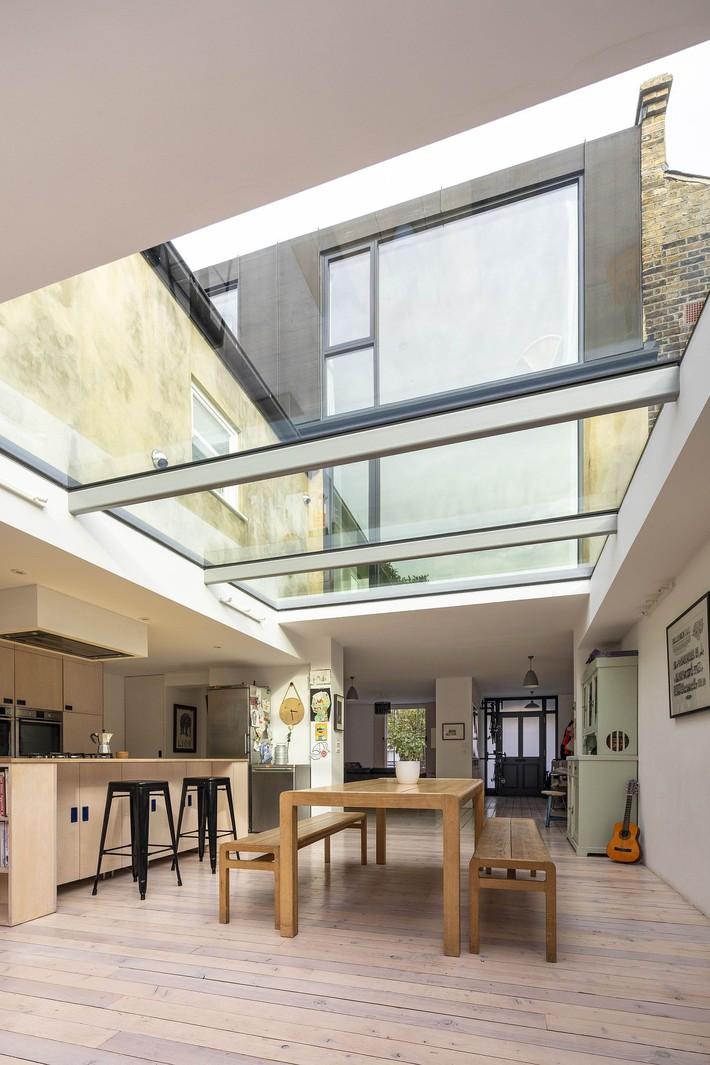Không cần đập đi xây lại, ngôi nhà đã thay đổi ngoạn mục chỉ nhờ ý tưởng thông minh với kính  - Ảnh 9.