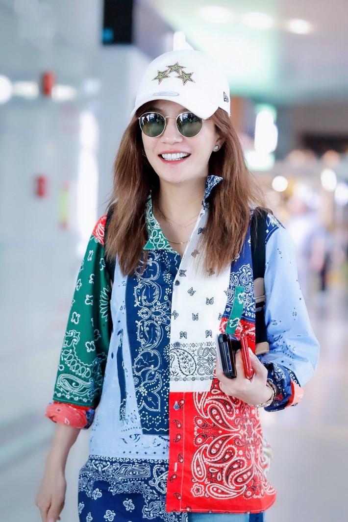 """Triệu Vy và Lâm Tâm Như xuất hiện trong 1 ngày: Cùng tuổi nhưng style quá khác và khiến chúng ta nhớ ngay đến """"Hoàn Châu Cách Cách"""" - Ảnh 1."""