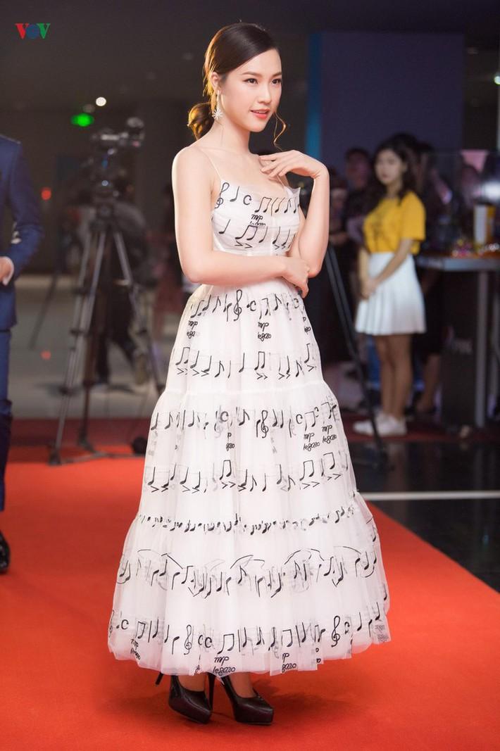 """Diện chung váy với Phạm Quỳnh Anh, Hoàng Oanh rất xinh nhưng vẫn """"mất điểm"""" vì một chi tiết - Ảnh 2."""