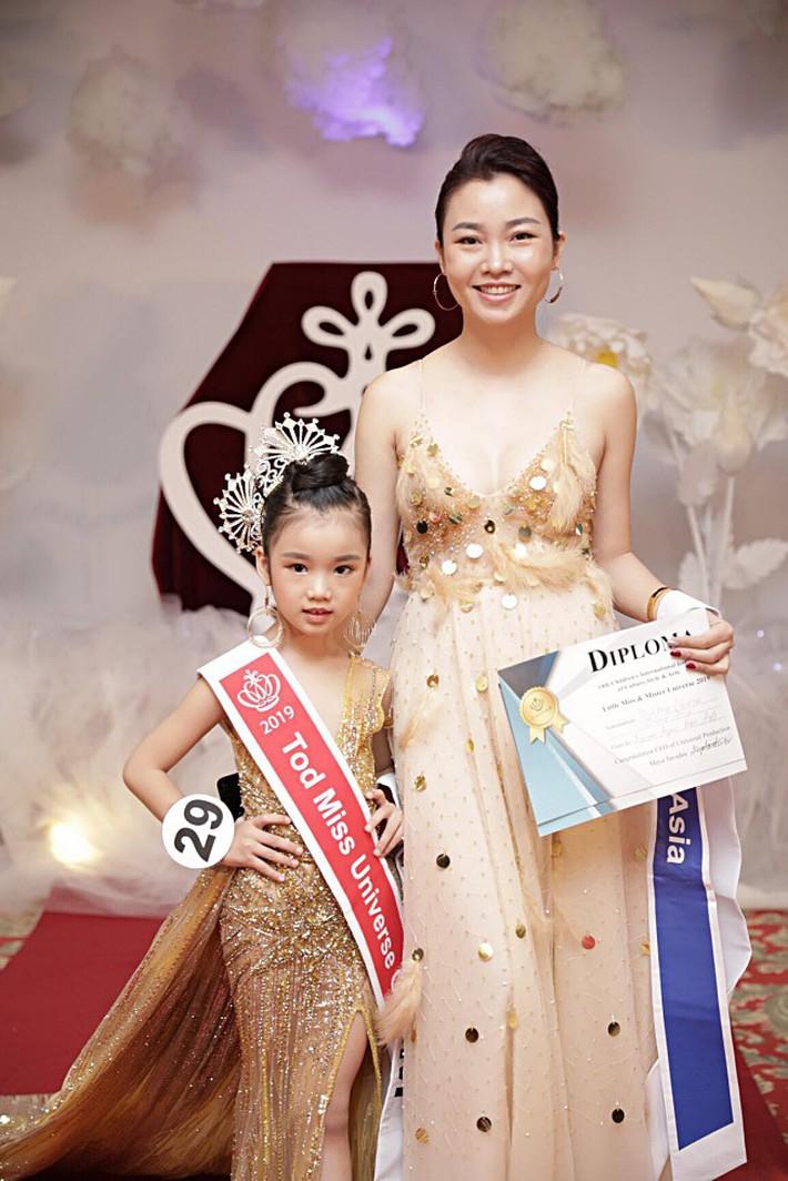 """Cô bé đăng quang Hoa hậu Hoàn vũ nhí 2019: Hóa ra là """"gương mặt thân quen"""" của làng thời trang Việt Nam - Ảnh 2."""