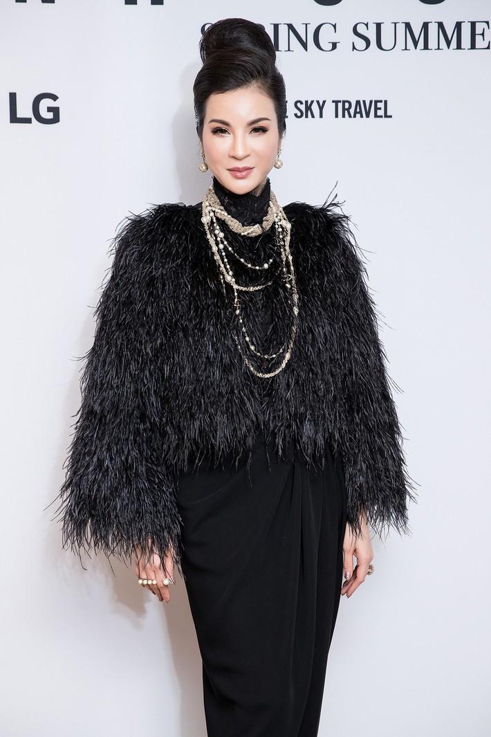 Hà Tăng kín cổng cao tường, Đỗ Mỹ Linh, HH Tiểu Vy phô diễn vai trần mỹ miều tại show diễn của NTK Đỗ Mạnh Cường tại Úc - Ảnh 7.
