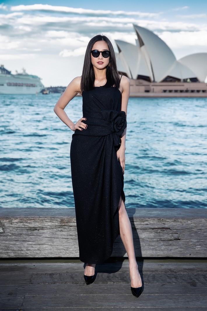 Hà Tăng kín cổng cao tường, Đỗ Mỹ Linh, HH Tiểu Vy phô diễn vai trần mỹ miều tại show diễn của NTK Đỗ Mạnh Cường tại Úc - Ảnh 10.