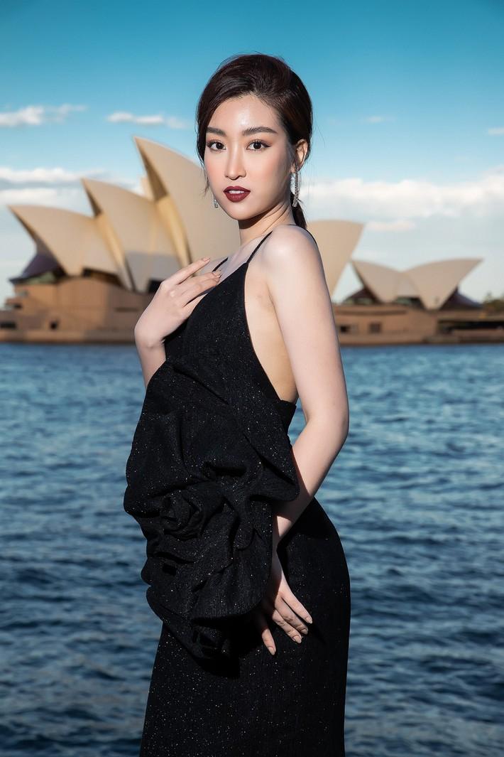 Hà Tăng kín cổng cao tường, Đỗ Mỹ Linh, HH Tiểu Vy phô diễn vai trần mĩ miều tại show diễn của NTK Đỗ Mạnh Cường tại Úc - Ảnh 12.