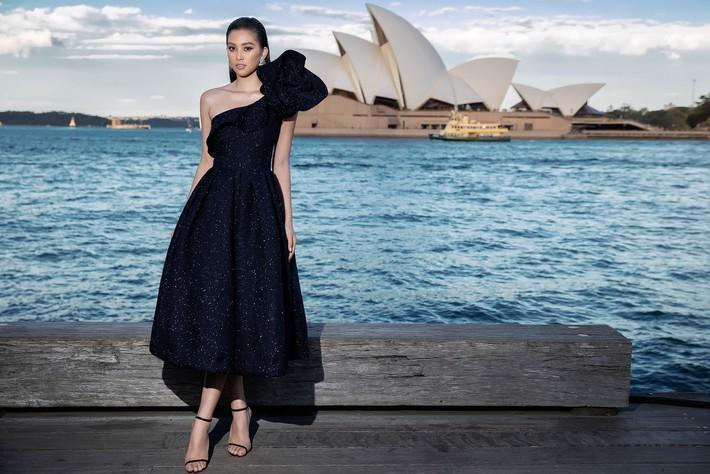 Hà Tăng kín cổng cao tường, Đỗ Mỹ Linh, HH Tiểu Vy phô diễn vai trần mỹ miều tại show diễn của NTK Đỗ Mạnh Cường tại Úc - Ảnh 13.
