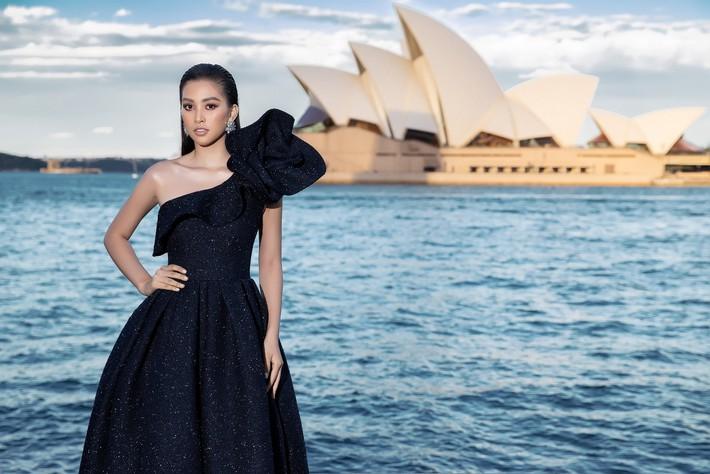 Hà Tăng kín cổng cao tường, Đỗ Mỹ Linh, HH Tiểu Vy phô diễn vai trần mỹ miều tại show diễn của NTK Đỗ Mạnh Cường tại Úc - Ảnh 14.
